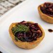 Przepis na tartaletki z kruchego ciasta z hummusem i warzywami