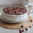 Pyszny lekki tort orkiszowy z puszystym kremem z ricotty i chrupiącymi puffingowanymi wiśniami