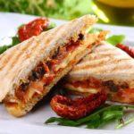 Jak skomponować menu na Sylwestra? Pomysły na przekąski, dania gorące i sałatki