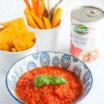 Salsa pomidorowa, domowe nachosy i pieczone warzywa