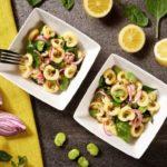 Sałatka z makaronem, tuńczykiem, bobem, czerwoną cebulą i młodym szpinakiem