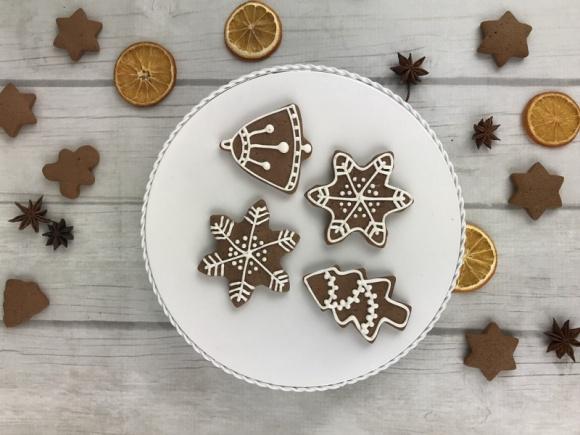 Przepis na świąteczne pierniczki dla spóźnialskich LIFESTYLE, Żywienie - Zdradzamy przepis na słodkie pierniczki, które można przygotować w godzinę i delektować się ich smakiem od razu po wystygnięciu.