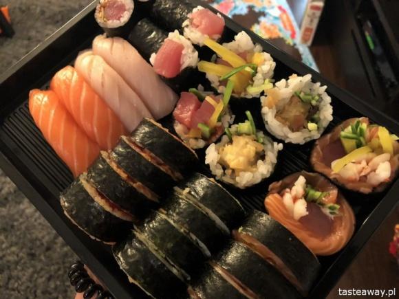 Tasteaway.pl sprawdziło, gdzie w Warszawie warto zamówić sushi z dowozem LIFESTYLE, Żywienie - Zamawiali incognito, na dwa różne adresy. Znani i cenieni autorzy bloga Tasteaway.pl we współpracy z Pizzaportal.pl przetestowali warszawskie lokale serwujące sushi z dostawą do domu. Które sprawdzali i które uznali za najlepsze.