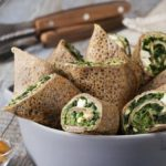 Zdrowy smak natury: Gryczane naleśniki ze szpinakiem, fetą i hummusem