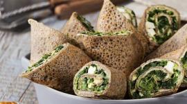 Zdrowy smak natury: Gryczane naleśniki ze szpinakiem, fetą i hummusem LIFESTYLE, Żywienie - Gryczane naleśniki ze szpinakiem, fetą i hummusem to świetne urozmaicenie codziennego menu w ciekawe i oryginalne danie. Naleśniki można zwijać i serwować na wiele sposobów. Doskonale sprawdzą się podawane na gorąco w roli dania obiadowego lub lunchu.