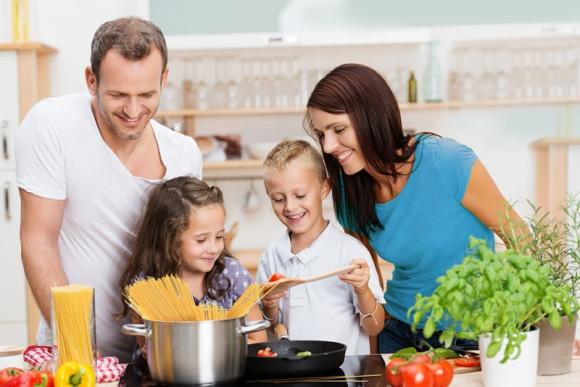Prawidłowe nawyki żywieniowe pomogą wytrwać w noworocznym postanowieniu LIFESTYLE, Żywienie - Początek roku to czas planów i postanowień. Zastanawiamy się nad tym, co chcielibyśmy zmienić w naszym życiu, by czuć się lepiej. Jednym z najbardziej popularnych postanowień noworocznych jest zmiana sposobu odżywiania.