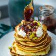 Pancakes z mascarpone, pistacjami i sosem różano - śliwkowym