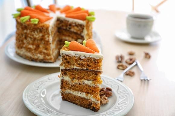 Dzień Ciasta Marchewkowego – sprawdzony przepis na pyszny wypiek LIFESTYLE, Żywienie - Marchew kiedyś niedoceniana, a dziś niezastąpiona bomba witaminowa obecna u każdego. Od zawsze wykorzystywana jako składnik zup czy surówek, również jako zdrowa przekąska pomiędzy posiłkami. Od początku XX wieku popularność zyskała także marchew w postaci słodkiego deseru.