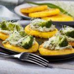 Przepis na kukurydzianą polentę z brokułem, kiełkami i prażonymi pestkami