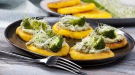 Przepis na kukurydzianą polentę z brokułem, kiełkami i prażonymi pestkami LIFESTYLE, Żywienie - Polenta z brokułem to świetny pomysł na efektowną potrawę, którą można serwować na gorąco i na zimno. Doskonale sprawdzi się jako danie główne, a także jako ciekawa, aromatyczna przekąska dla jednej lub wielu osób.