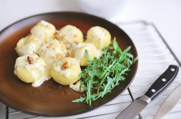 Zapiekane kluski śląskie z niebieskim serem pleśniowym, orzechami włoskimi i ruk LIFESTYLE, Żywienie - Kluski śląskie to tradycyjne danie kuchni śląskiej mocno zakorzenione w naszej polskiej kulinarnej tradycji. Inne mniej popularne nazwy klusek śląskich to kluski białe, biołe, guminowe, gumione, kartofelmelklezy i gumiklyjzy.