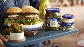 Siekane burgery wołowe na wakacyjnego grilla LIFESTYLE, Żywienie - Kolejny wakacyjny weekend przed nami. Tym razem proponujemy domowe burgery z soczystą siekaną wołowiną, ogórkami i chrzanem.