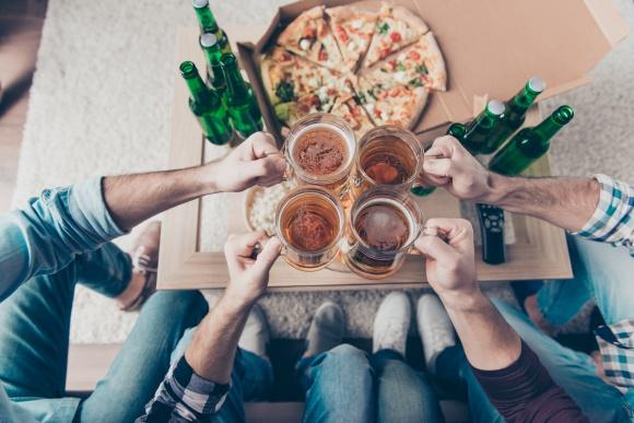 Co Polacy zamawiają do piwa? LIFESTYLE, Żywienie - Ze wszystkich alkoholi, to właśnie piwo w Polsce cieszy się największą popularnością. Z okazji Międzynarodowego Dnia Piwa i Piwowara przypadającego w tym roku 3 sierpnia, analitycy PizzaPortal.pl sprawdzili, które dania najczęściej zamawiamy do tego złotego trunku.