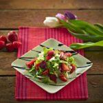 Wiosenna sałatka truskawkowa z mieszanką sałat od Eisberga