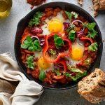 Szakszuka z mieszanką sałat - przepis kulinarny marki Eisberg
